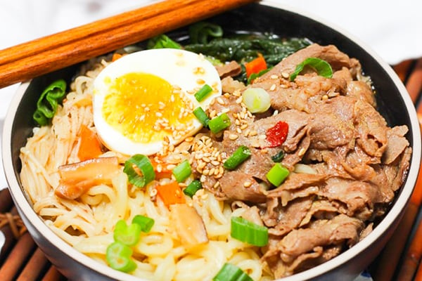 DELUXE INSTANT RAMEN WITH BEEF AND VEGETABLES