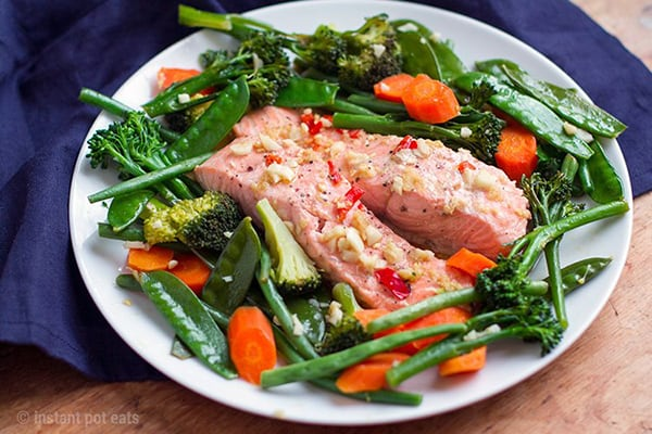 15-MINUTE ASIAN SALMON & GARLIC VEGETABLES