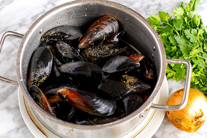 Preparing mussels for cooking