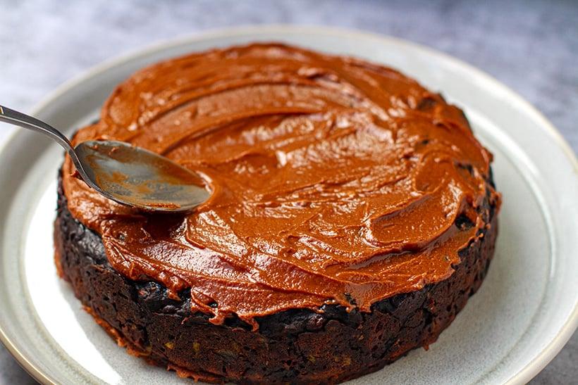 Glazing chocolate cake with a simple ganache